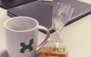 itmX Tasse und Plätzchen auf Arbeitsplatz